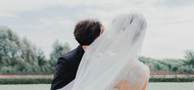 white frame fotografi di matrimonio